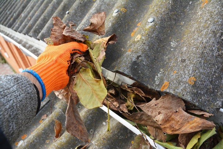 How to Clean Eavestroughs: 6 Cleaning Tips
