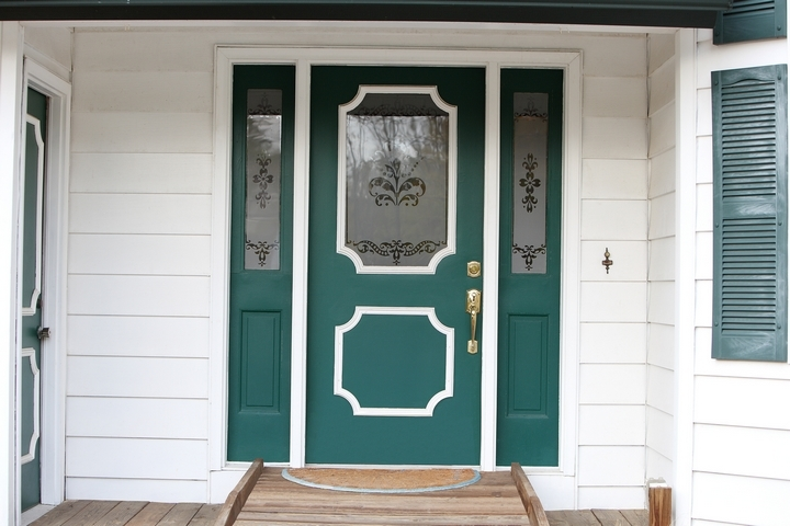A colourful entrance will make a good impression on your front yard landscaping.