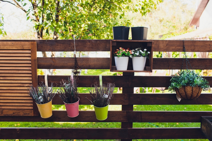 You can use short fencing for front yard landscpaing.